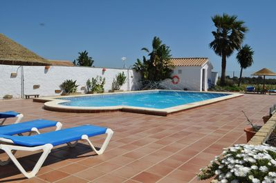 Relax in the pool, the countryside and the sea bey