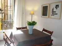 A very central apt, clean and spacious. Victoria was very pleasant and efficient.