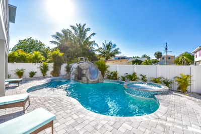 SPECTACULAR 7 BR w/ Pool, WATERSLIDE, Rooftop Deck, Water Views near Bridge  St - Bradenton Beach
