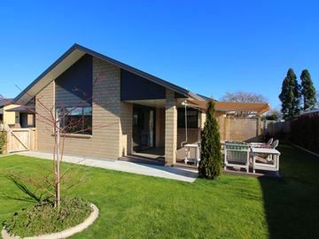 Contemporary Fully Furnished House - Walk to Town