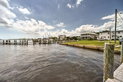 This studio features a prime waterfront location on Hawkins Bay!