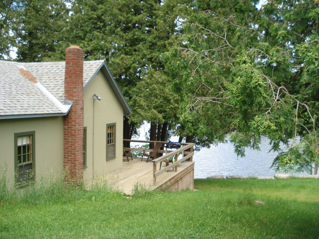 a classic lakeshore cottage right on lake champlain north ferrisburgh rh homeaway co uk lake champlain cottage rentals vermont lake champlain cabin rentals
