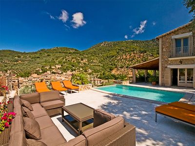 Photo for Luxurious Villa With Infinity Pool & Stunning Views