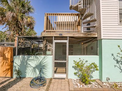 This pet friendly beach home is half of a two-story duplex that has 3 bedrooms/2 bathrooms, sleeps 7 and is conveniently located on the north end of Fort Myers Beach.