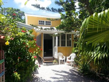 Centrally located resort. A few minutes to Willemstad, beaches and supermarket - VILLA MANGO FERIENHAUS