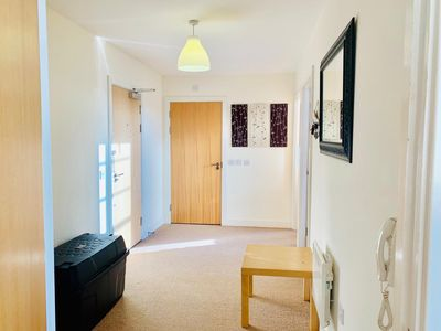 Photo for Beautiful 2 bed apartment accomodates up to 6, suitable for short and long stay
