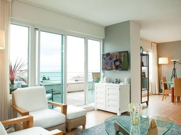 TELEGRAPH HILL PENTHOUSE  W/BAY VIEWS, DECKS, PARKING, PRIVACY