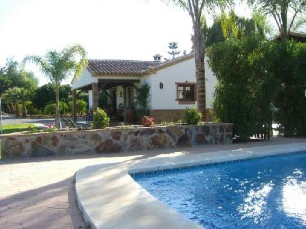 Quality villa 7 8 people gardens and big private for Private swimming pool