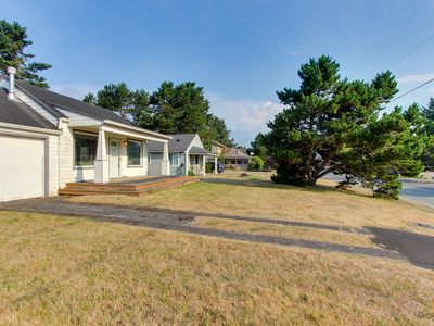 Lakeview, family-friendly home - just a block from Sunset Beach access!
