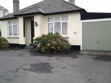 Bungalow suitable for families easy flat walk to beach and shops