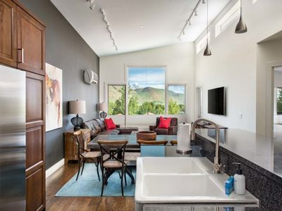 Outpost: King Ridge Penthouse - Hot Tub Access and Air Conditioned