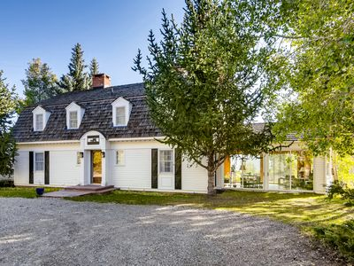 Charming 7BR w/ 3 Fireplaces – Set on Acres of Forestland, Near Marina