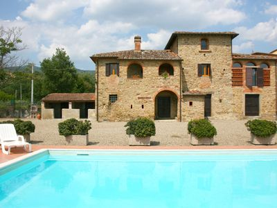 Photo for Beautiful private villa with private pool, WIFI, pets allowed and parking, close to Cortona