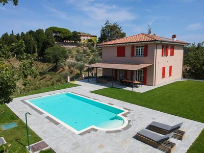 Photo for Luxury independent villa with pool and veranda just 20 minutes from the sea