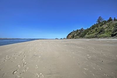 This home sleeps 4 guests and lies just 1 block from the Pacific shore!