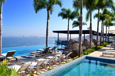 Jacuzzi, Infinitum Pool, Bar & Restaurant, Lounge Chairs an Amazing Oceanview