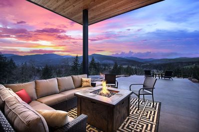 'Pahto's Retreat' offers stunning sunset views over the mountain!
