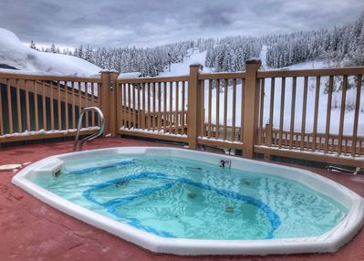 Roof top hot tub with view of the slopes