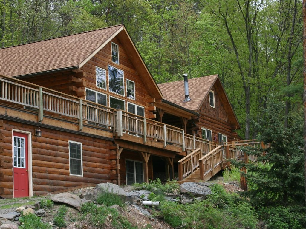 Log cabin in the woods by a lake - Lake Forest Lodge