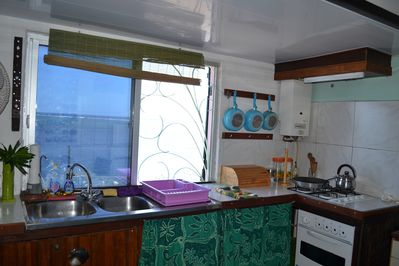 gecko house: kitchen in front of the sea with all Equipment Fridge...
