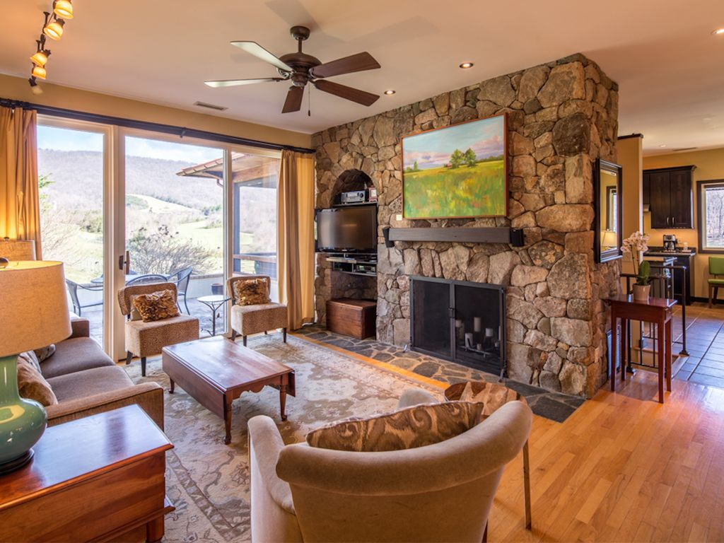 Afton mtn vineyard guest house a stay cha homeaway for Charlottesville cabin rentals hot tub