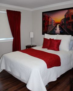 Bright Red Room with privat Bathroom Main Floor