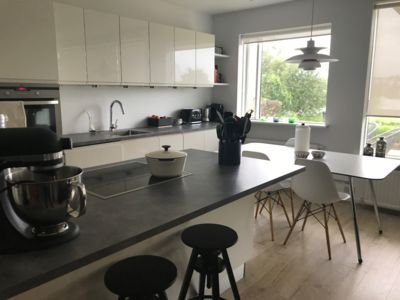 Photo for Centrally located modern and cosy 1-bed apartment 10 mins from downtown