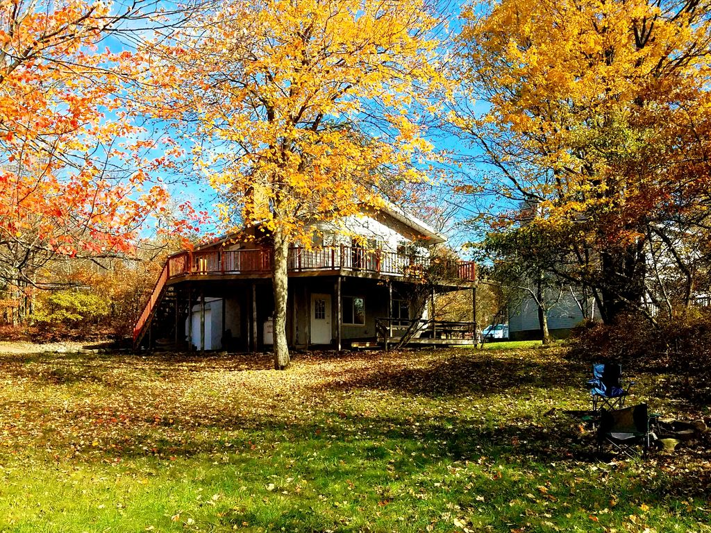 Great location by the lake next to kalahar homeaway for Long pond pa cabin rentals
