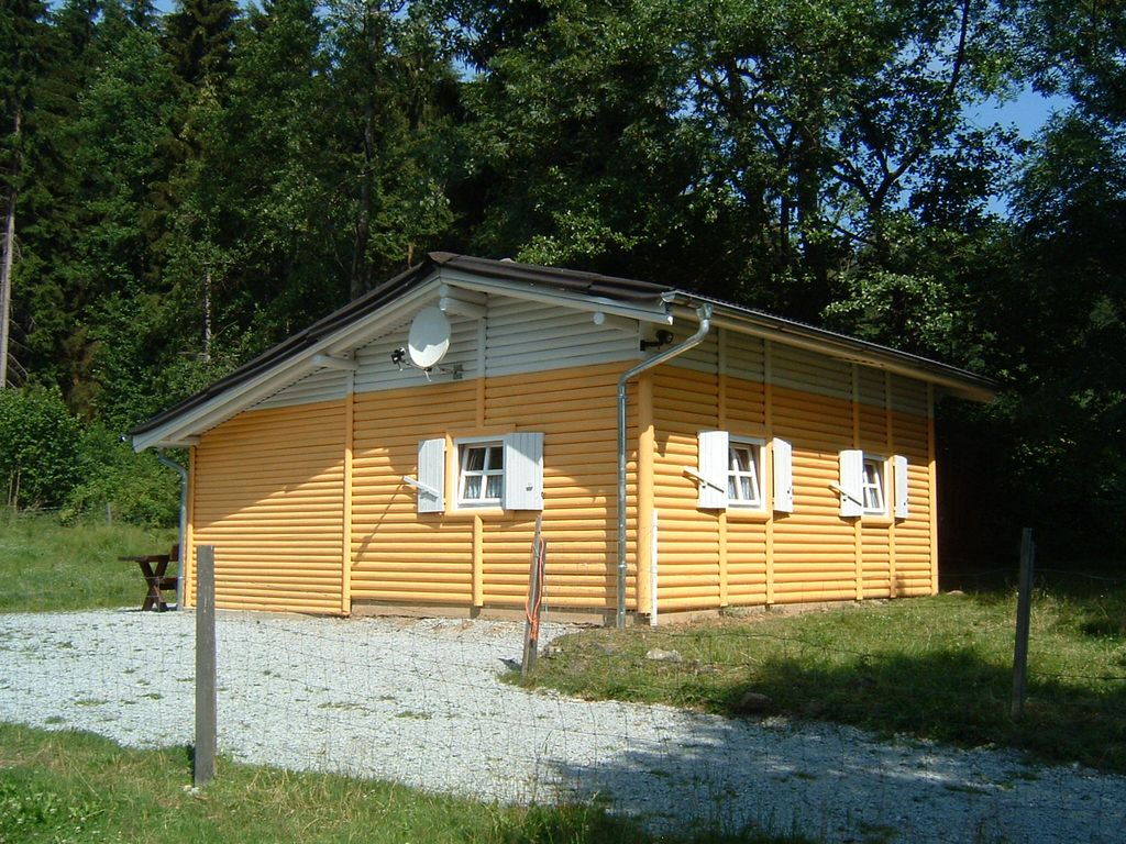 Idillisches and rustic log cabin in the open 2512841 for Log cabin open planimetrie
