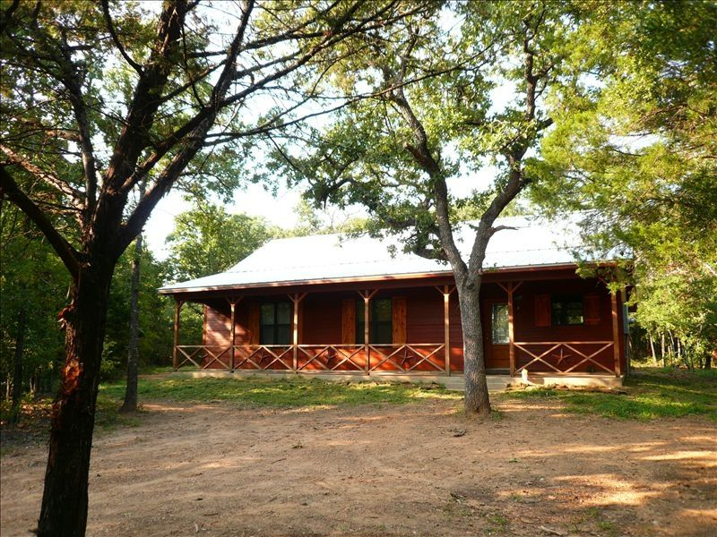 Trinity trails lone star cabin in 6 acres homeaway for Lake whitney cabins with hot tubs