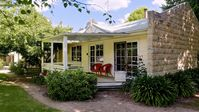 Warm, inviting, relaxing cottage in a beautiful setting. Highly recommend.