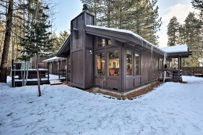 This 3-bed, 2.5-bath Tahoe City cabin can accommodate up to 8 guests!