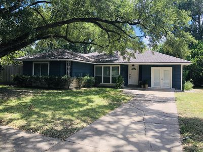 Photo for Charming 1950's private home in the heart of Houston with a lot of character