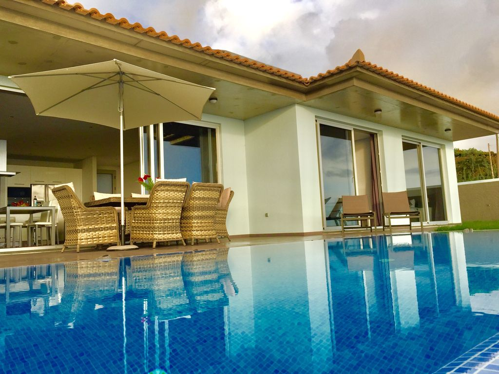 Villa da pinheira iii beautiful house with swimming pool for Houses with 4 bedrooms and a pool