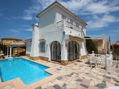 Photo for Detached house with pool in a great location, all within walking distance