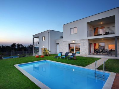 Photo for Luxurious villa with heated private pool, Wi-Fi, air conditioning, parking, terrace and barbecue area