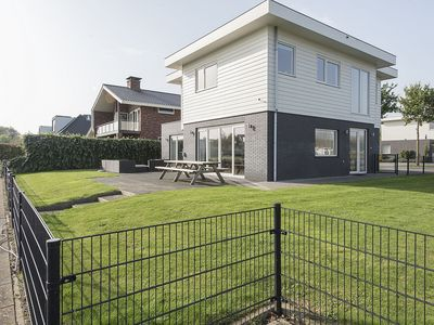 Photo for Modern, 10-person holiday villa with sauna and large garden near Harderwijk
