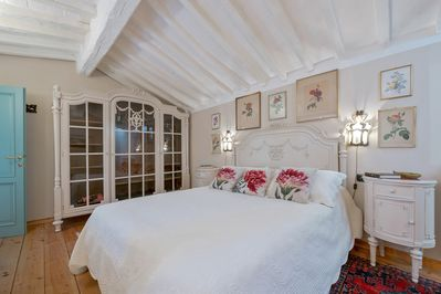 master bedroom king size bed which can be divided inio two twins