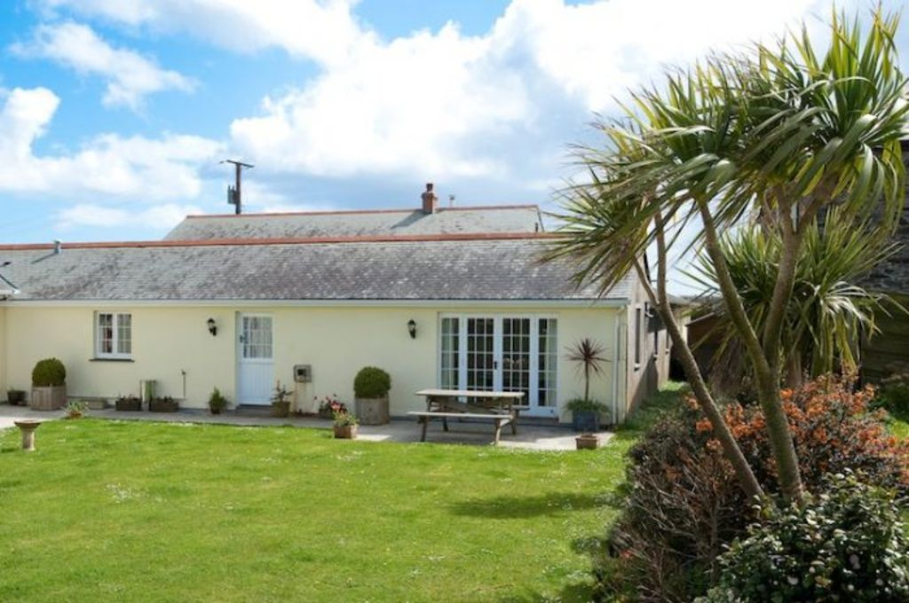 lugger hotel character cottage holiday close and in the homeaway harbour cl cottages portloe let to