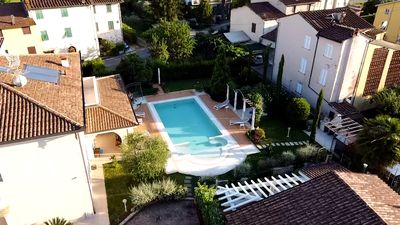 Photo for Ground floor villa apartment with garden and pool, 1 km from the city