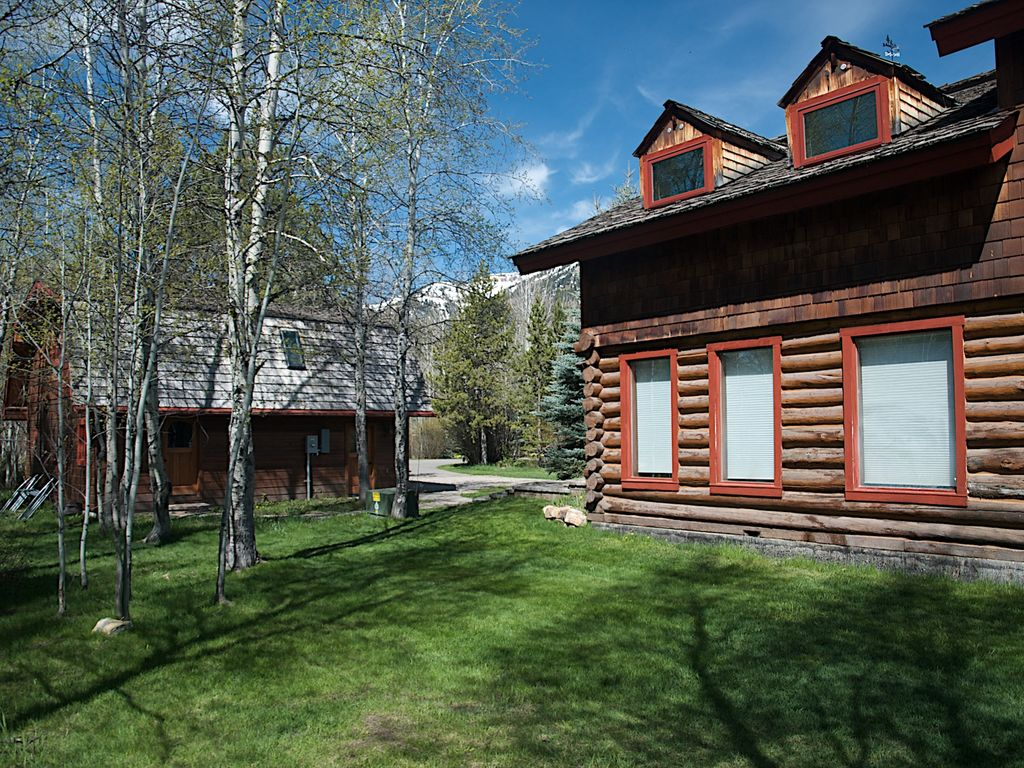 Elegant log home offers the best of contemp homeaway for Elegant log homes