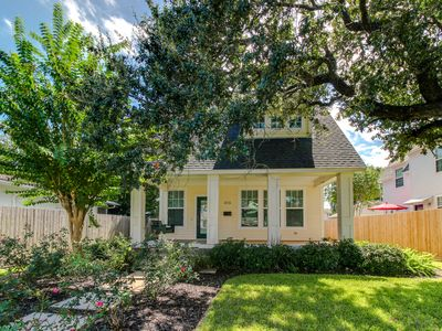 Photo for Dog-friendly, exquisitely styled cottage in Midtown Galveston Island