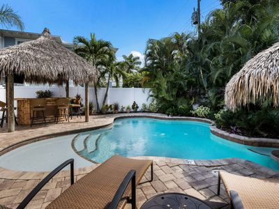 Tiki Cottage: Awesome Villa with Tropical Tiki Bar, Heated Pool, Private Setting
