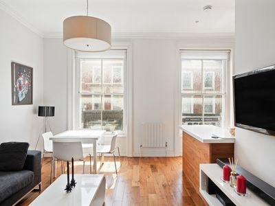 Photo for Contemporary 1-Bed Apt near Holland Park