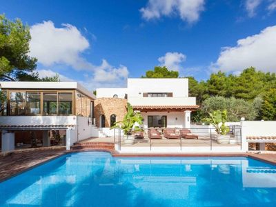 Photo for Elegant rustic villa with 6 rooms & pool in a very quiet area.