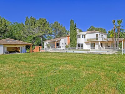 Photo for In a park of 1 hectare 110 m2 private + swimming pool, 12 km from Montpellier and beaches