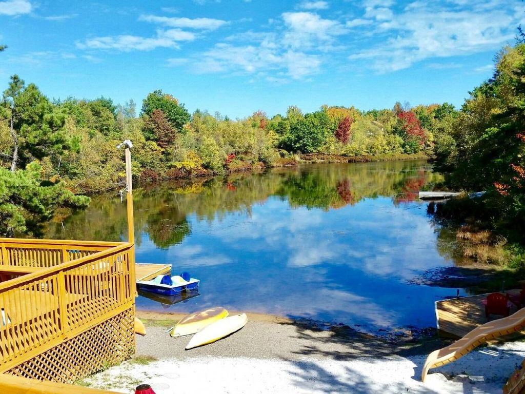 Pocono lakefront onsite swimming pool hot homeaway long pond for Pocono rental with private swimming pool