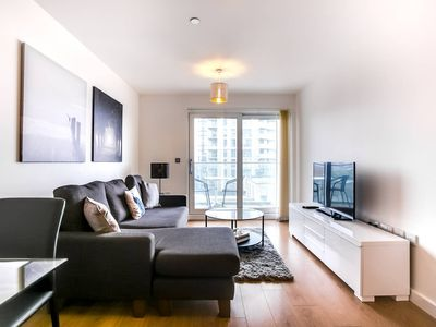 Photo for 2-Bdr Luxury Apartment with Balcony by The Thames