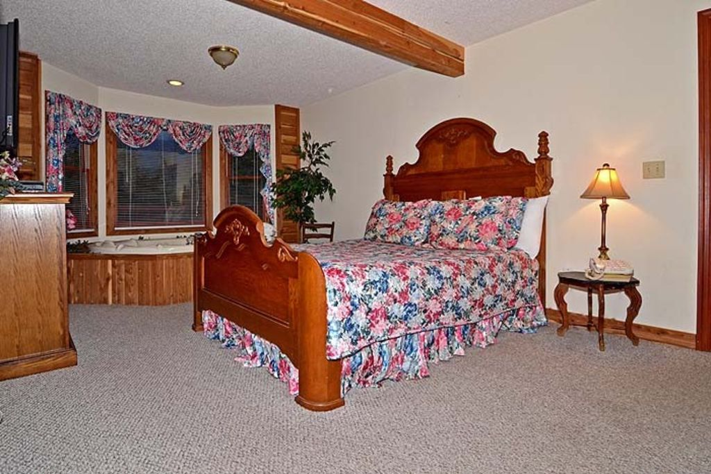 FREE ATTRACTION TICKETS, Private Log Cabin, Mountain Views, HOT TUB, King Beds,