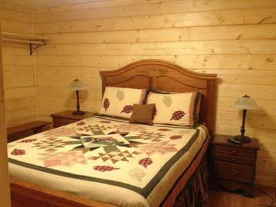 Queen size bedroom with Private bathroom with shower